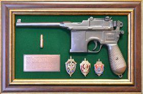 """Панно с пистолетом """"Маузер"""" со знаками ФСБ"""