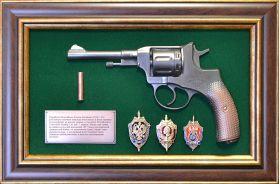 """Панно с пистолетом """"Наган"""" со знаками ФСБ"""