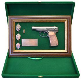 Памятные знаки ФСБ на панно с пистолетом Макарова